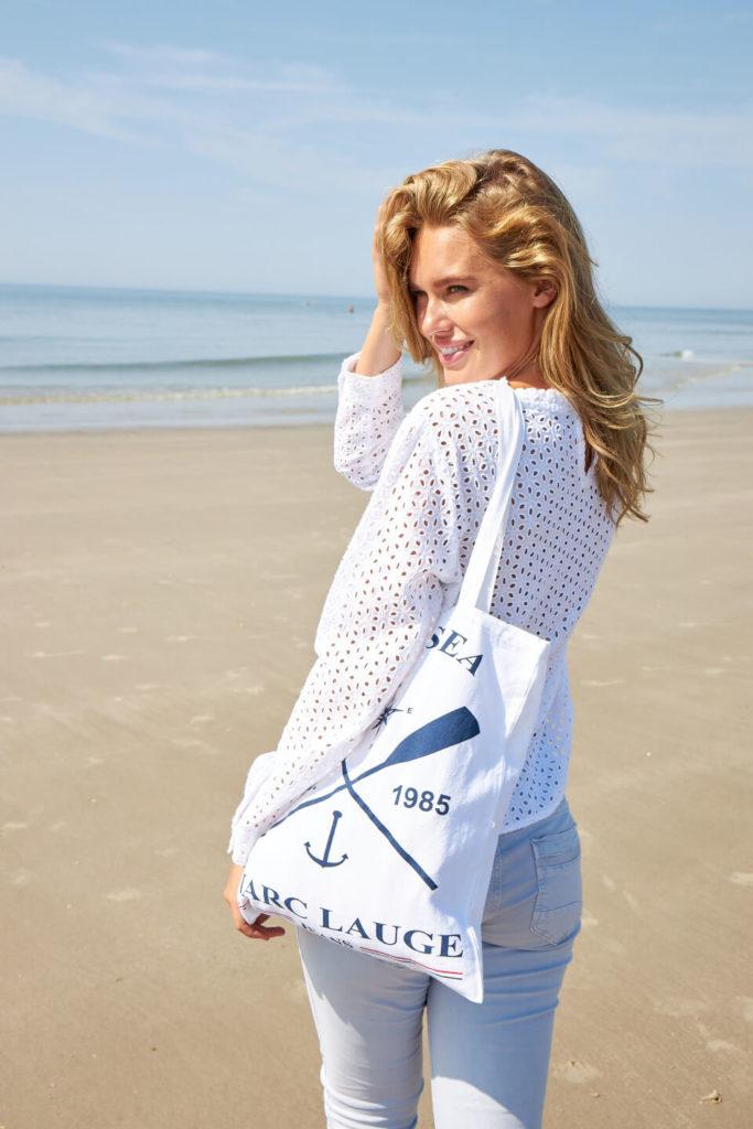 Marv Lauge spring collection kvinde ved vandet jeans sommer stemning forår